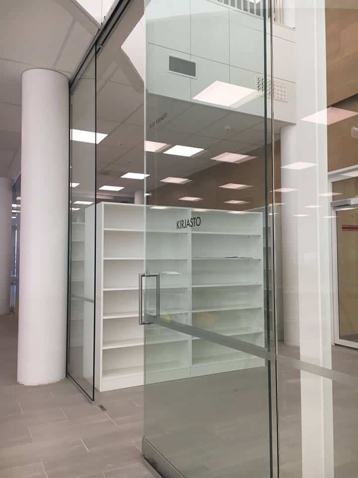 Nummikeskus, kirjaston Aura 920 kiinteä lasiseinä