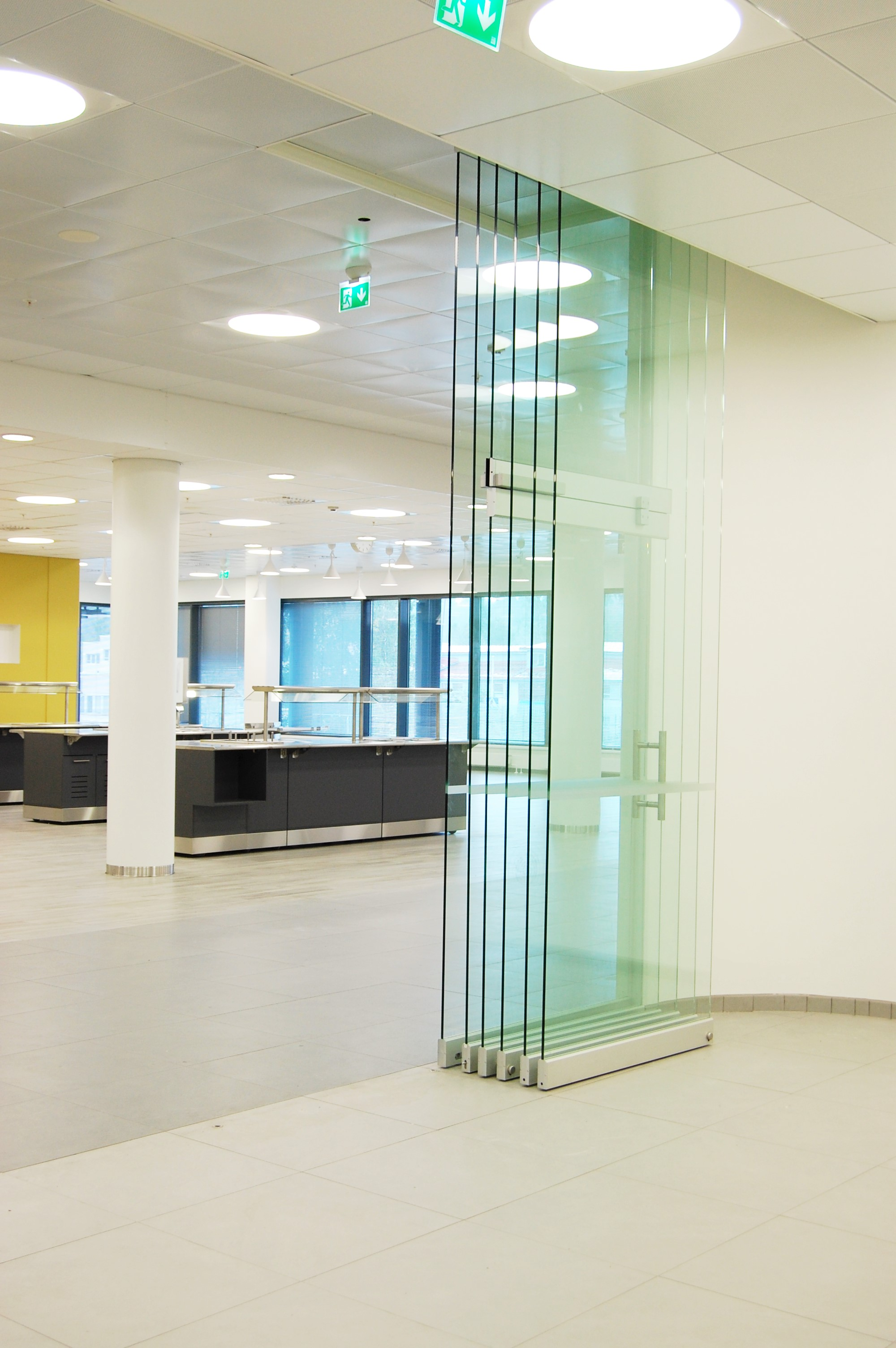 Aura 920 lasisiirtoseinä, liikkuvassa elementissä käyntiovi