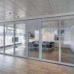 Aura 600 FGE-siirtoseinä läpinäkyvällä ovielementillä.