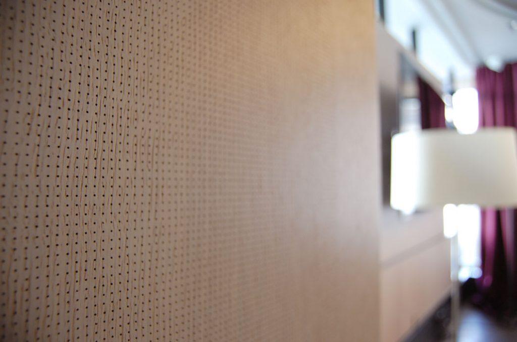 Aura 600 Acoustic, mikroperferointi tammiviilupinnassa