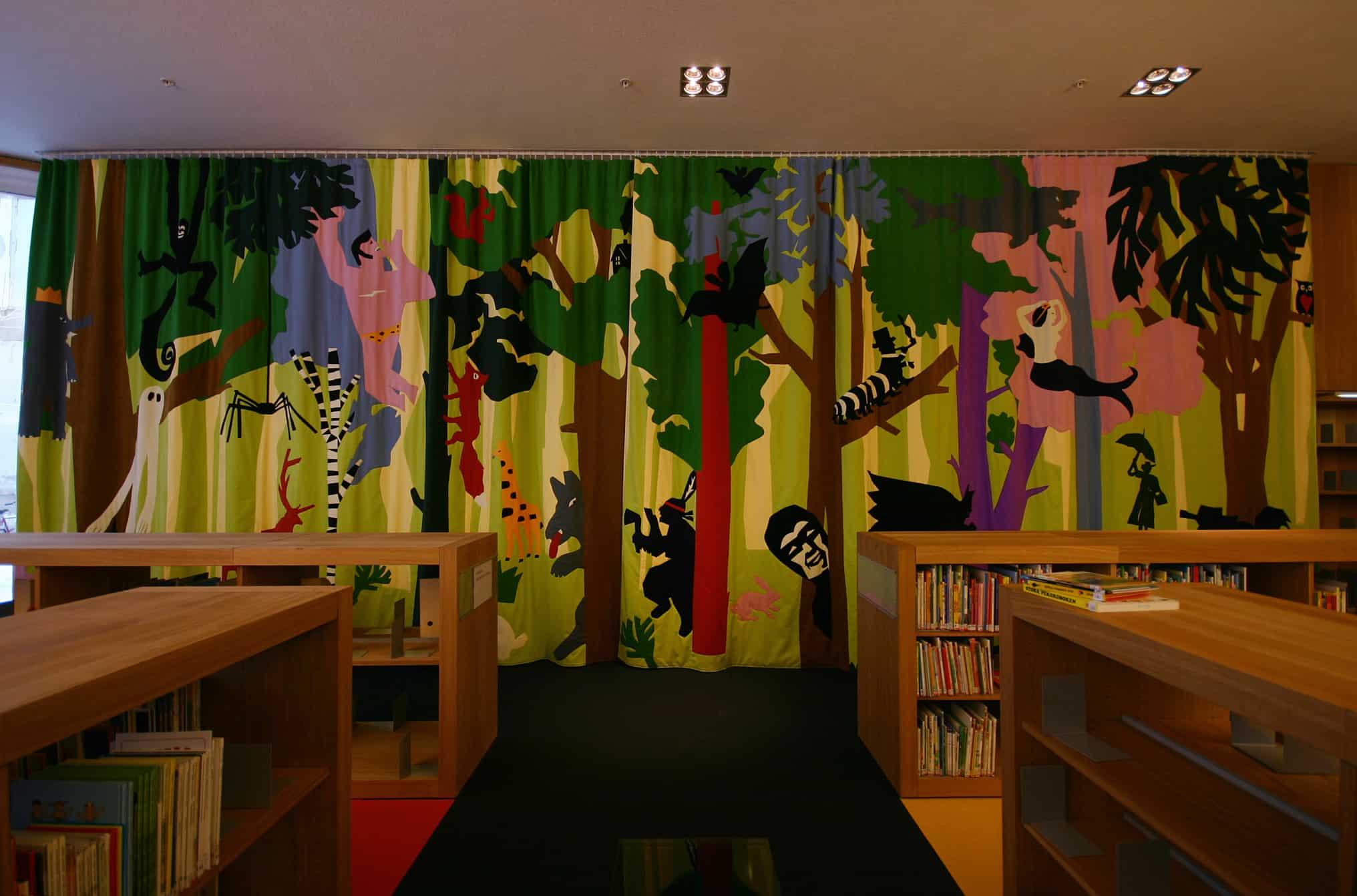 Turun kaupunginkirjaston taideverhot lastenosastolla